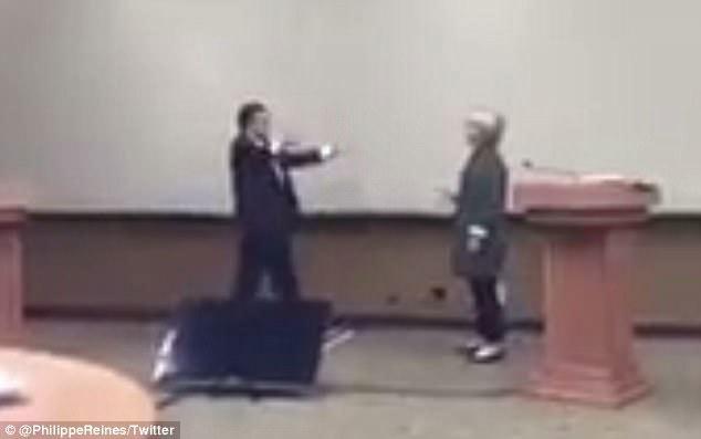 Lộ video Hillary tập cách tránh bị đối thủ Donald Trump ôm