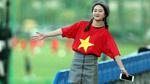 """Fan nữ xinh đẹp """"đột nhập"""" khu huấn luyện cổ vũ U20 Việt Nam"""