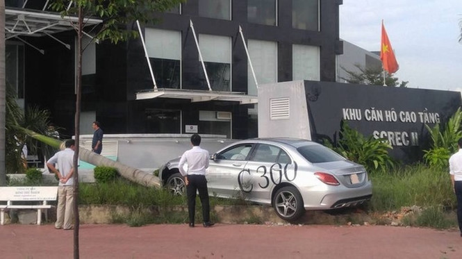 Mercedes-Benz C300 AMG chạy thử đâm bật gốc cau ở Sài Gòn