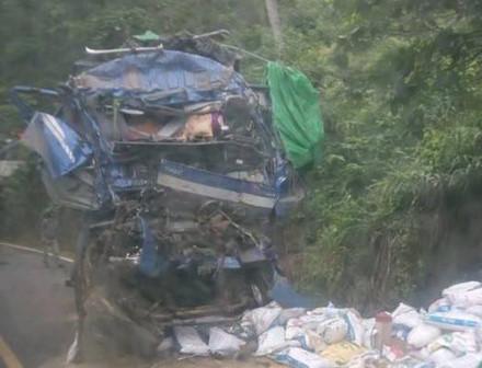 Công an nói gì việc người dân 'hôi của' sau tai nạn chết người?