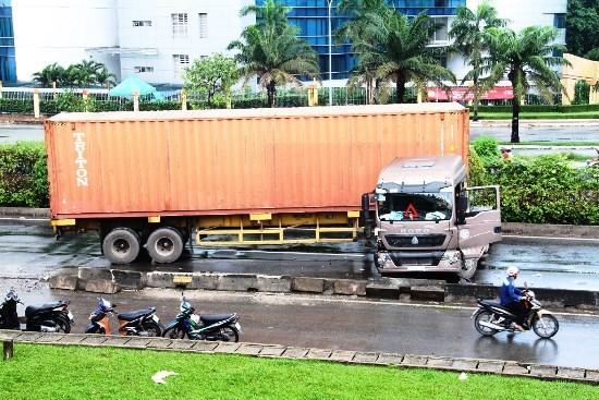 Container chắn ngang đường, QL1 tê liệt hơn 2 giờ