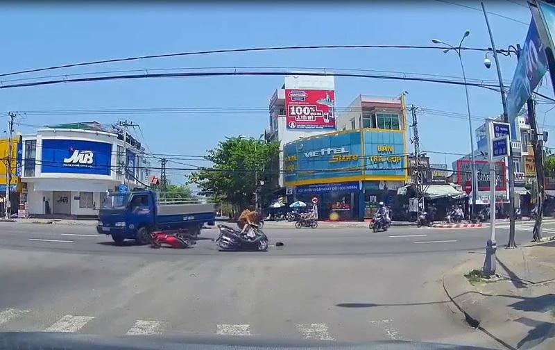 Dù gặp nạn trên phố, nhưng chàng trai trẻ lại bất ngờ bị chỉ trích