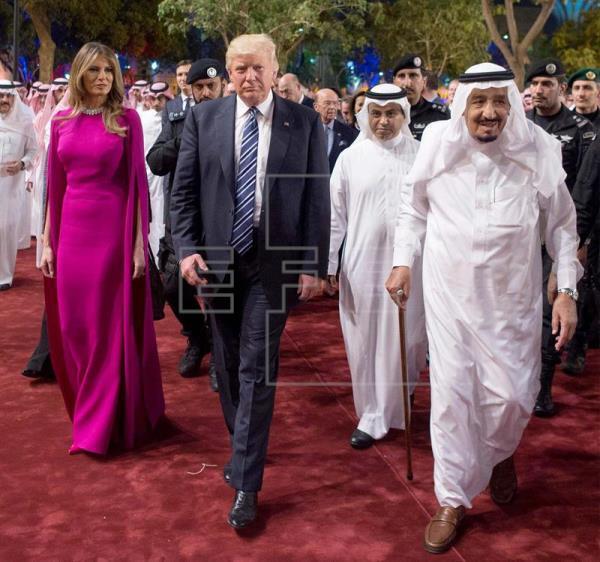 Báo chí Ảrập xuýt xoa khen Melania Trump mặc đẹp
