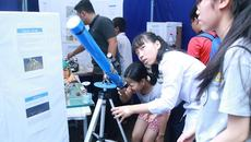 Học sinh trải nghiệm điều khiển robot bằng giọng nói, làm tên lửa khí