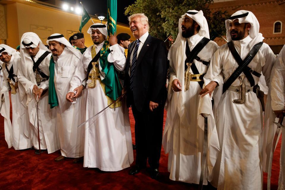 Xem ông Trump lóng ngóng múa gươm