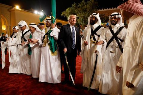 Ông Trump lóng ngóng múa gươm tại Ảrập