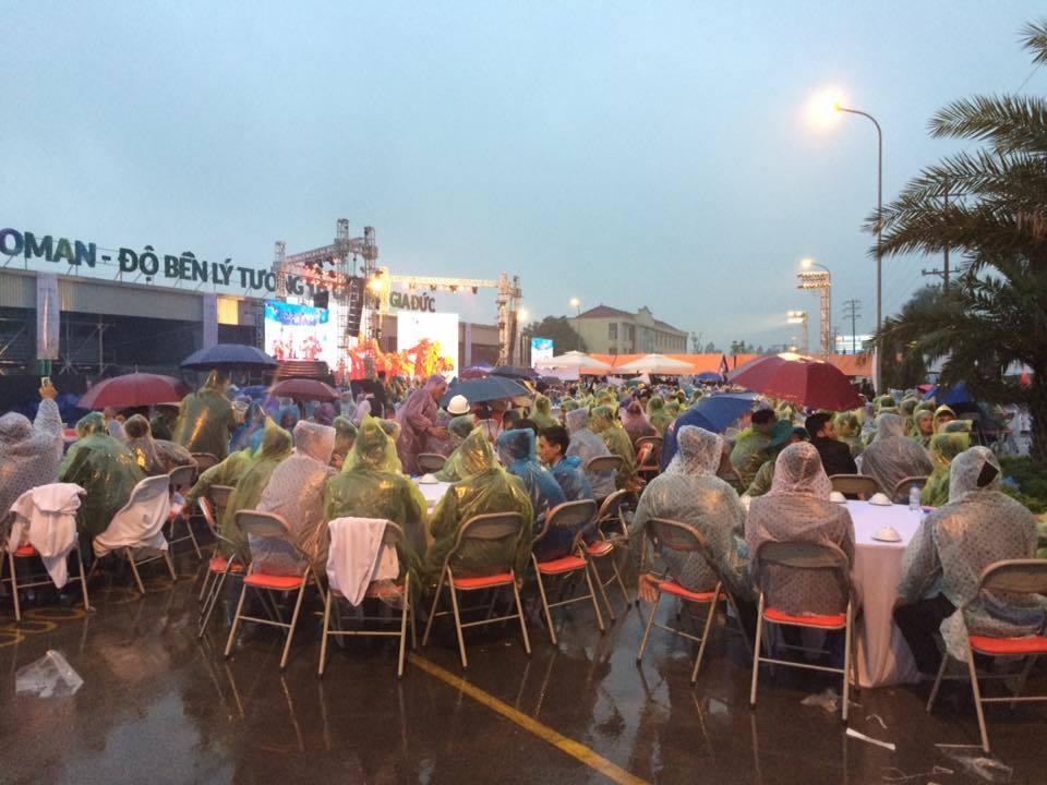 Toàn bộ khách mời trùm áo mưa ăn tiệc cưới ở Hưng Yên