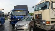 2 người khóc thét trong ôtô bị ép chặt giữa container và xe tải