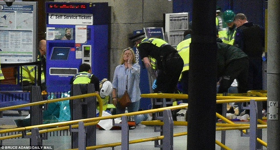 Cảnh tượng hỗn loạn sau vụ nổ ở Manchester