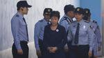 Cựu Tổng thống Park Geun Hye bị còng tay ra hầu tòa
