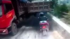 Cố vượt lên phía trước, lái xe máy lĩnh 'trái đắng'