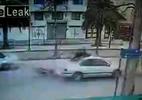 Lái xe máy lộn 360 độ ngồi trên nóc ô tô sau cú đâm cực mạnh
