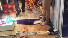Lao vào cửa hàng ở phố cổ đâm 2 người trọng thương