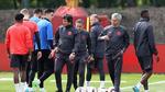 """Mourinho họp kín, xốc tinh thần Quỷ đỏ trước giờ """"tử chiến"""""""