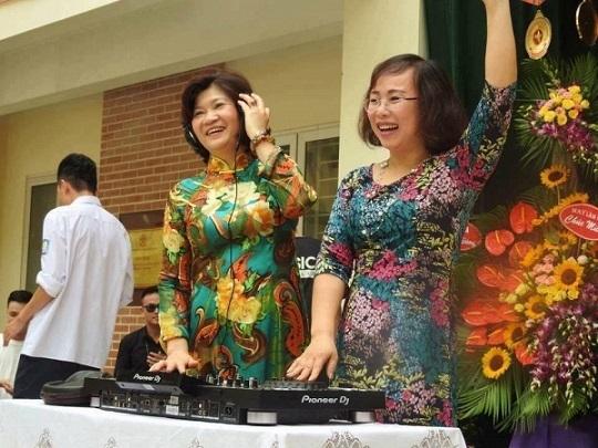 Cô hiệu trưởng lên sân khấu làm DJ trong lễ bế giảng