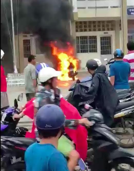 Sự thật vụ người đàn ông đốt xe trước UBND thị trấn