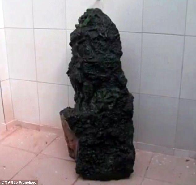 Đào được viên đá đen xấu xí trị giá 6.900 tỷ