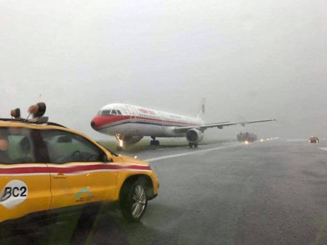 Máy bay TQ trượt khỏi đường băng vì mưa như trút
