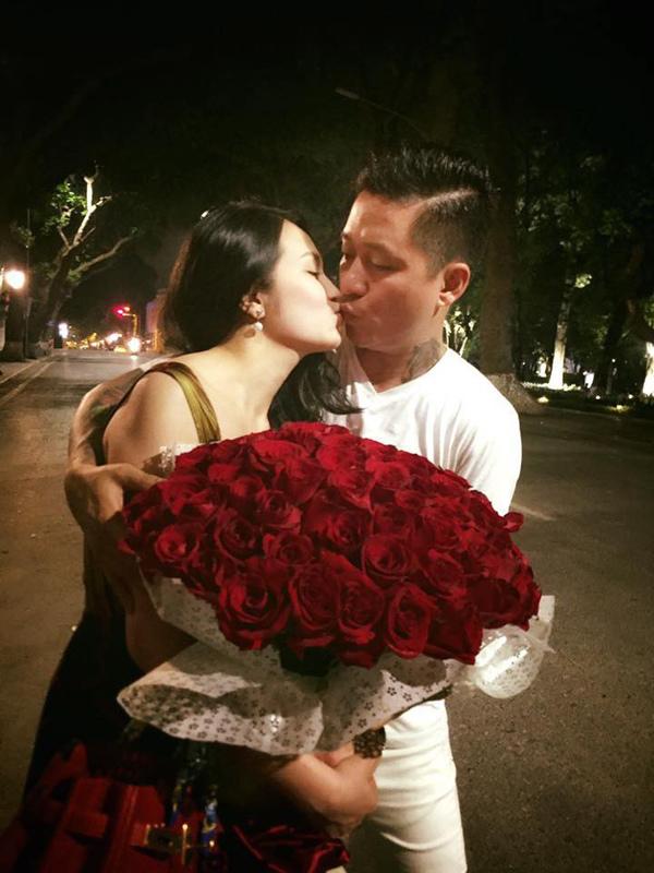 Tuấn Hưng ôm 99 bông hồng và hôn vợ ngất ngây
