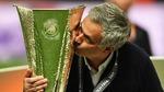 Mourinho hôn lấy hôn để chiếc Cup vô địch