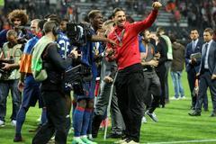 Ibrahimovic quăng nạng, ăn mừng phấn khích cùng MU
