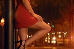 Quai áo mắc kẹt trên xe sang tiết lộ bí mật của quý bà váy đỏ
