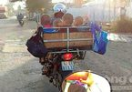 Người phụ nữ chở 4 trẻ em trong lồng sắt, chạy bon bon trên đường