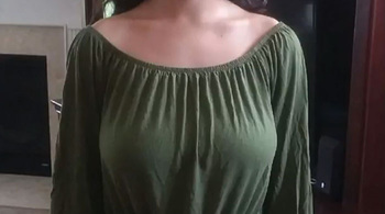 Nữ sinh bị đình chỉ học vì chiếc áo hở vai