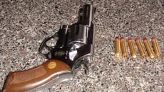Hai thanh niên cầm súng rượt đuổi con nợ trên phố