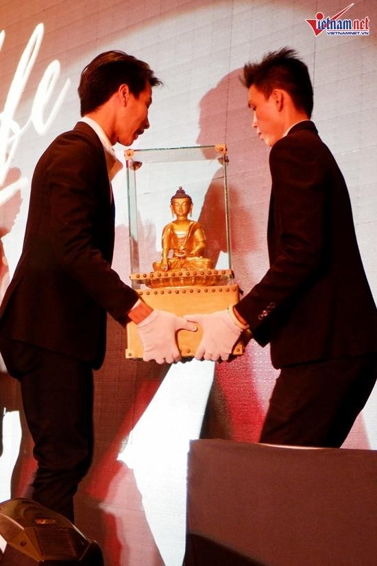 Có 7,9 tỷ, Ngô Thanh Vân sung sướng ôm MC Phan Anh