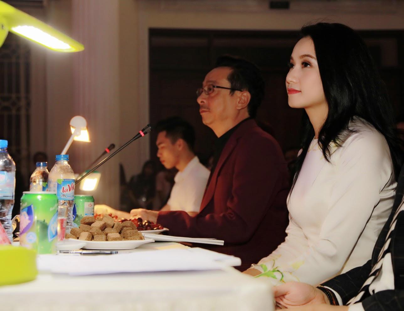 Lương Giang sánh bước cùng 'ông trùm' Hoàng Dũng tại đêm hội sinh viên