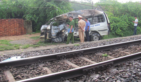 Xe 16 chỗ nằm ngang đường ray, tàu hỏa đâm nát