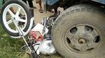 Xe chuyên dụng của CSGT nằm gọn dưới bánh xe công nông