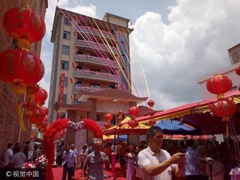 Xây tòa nhà 35 tỷ đồng, đại gia xa quê mời cả làng đến ăn tiệc