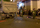 Xe tải cuốn cô gái vào gầm chết thảm trên phố Hà Nội