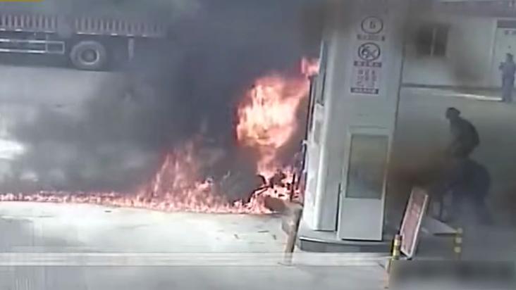 Bật lửa đốt xe cháy đùng đùng tại cây xăng