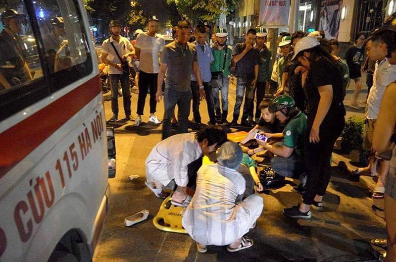Giữa phố Hà Nội, xe cứu thương đâm cô gái rồi bỏ chạy