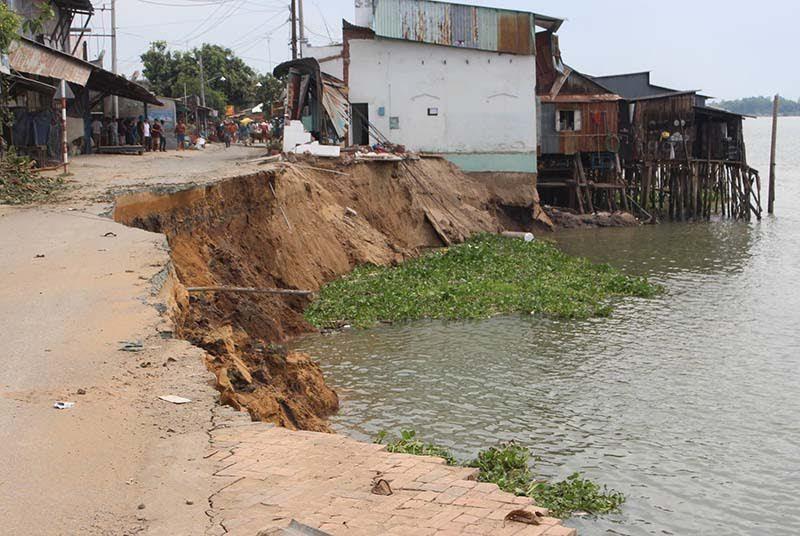Hàng chục hộ dân 'đụng độ' xà lan khai thác cát ở An Giang