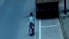 Cắm mặt vào điện thoại, cô gái lái xe đâm thẳng vào ô tô tải