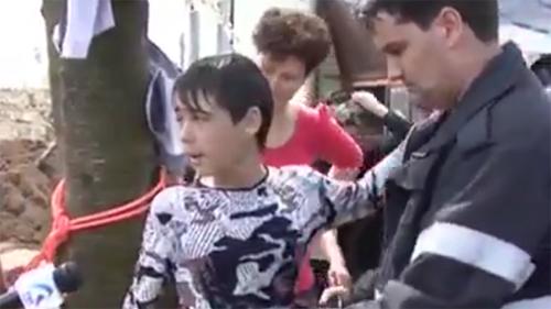 Video người hùng nhí cứu em bé dưới giếng sâu gây bão mạng