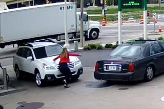 10 clip 'nóng': Hành động bất ngờ của người phụ nữ khi bị cướp ô tô