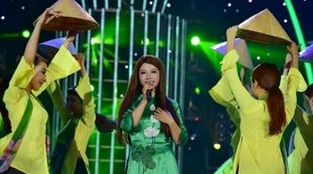 Chí Tài bái phục cô gái đóng giả Phi Nhung hát 'Áo mới Cà Mau'