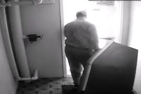 Trộm thản nhiên kéo cây ATM ra khỏi khách sạn