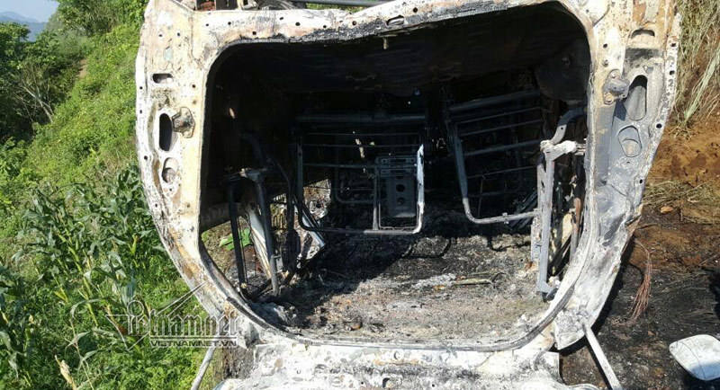 Xe Innova lao xuống vực bốc cháy gần Sa Pa