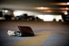 Nhặt tiền của người gặp tai nạn có phải hành vi phạm pháp?