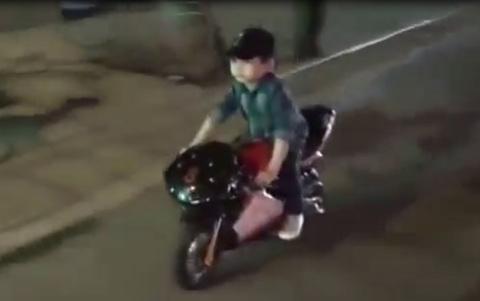 Bé trai lái môtô mini lượn phố gây xôn xao Hà Nội