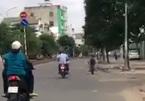 Cậu bé 5 tuổi chạy 'siêu xe' mini phóng như bay trên phố