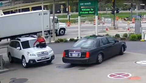 Phản ứng cực nhanh của một phụ nữ để chặn cướp xe