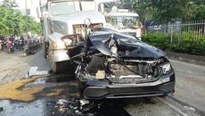 Xe sang bị đâm nát bươm trên quốc lộ, tài xế kẹt trong cabin