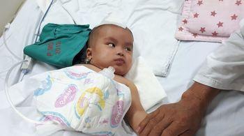 Bố mẹ bệnh tật, con gái 5 tháng tuổi ngã chấn thương sọ não